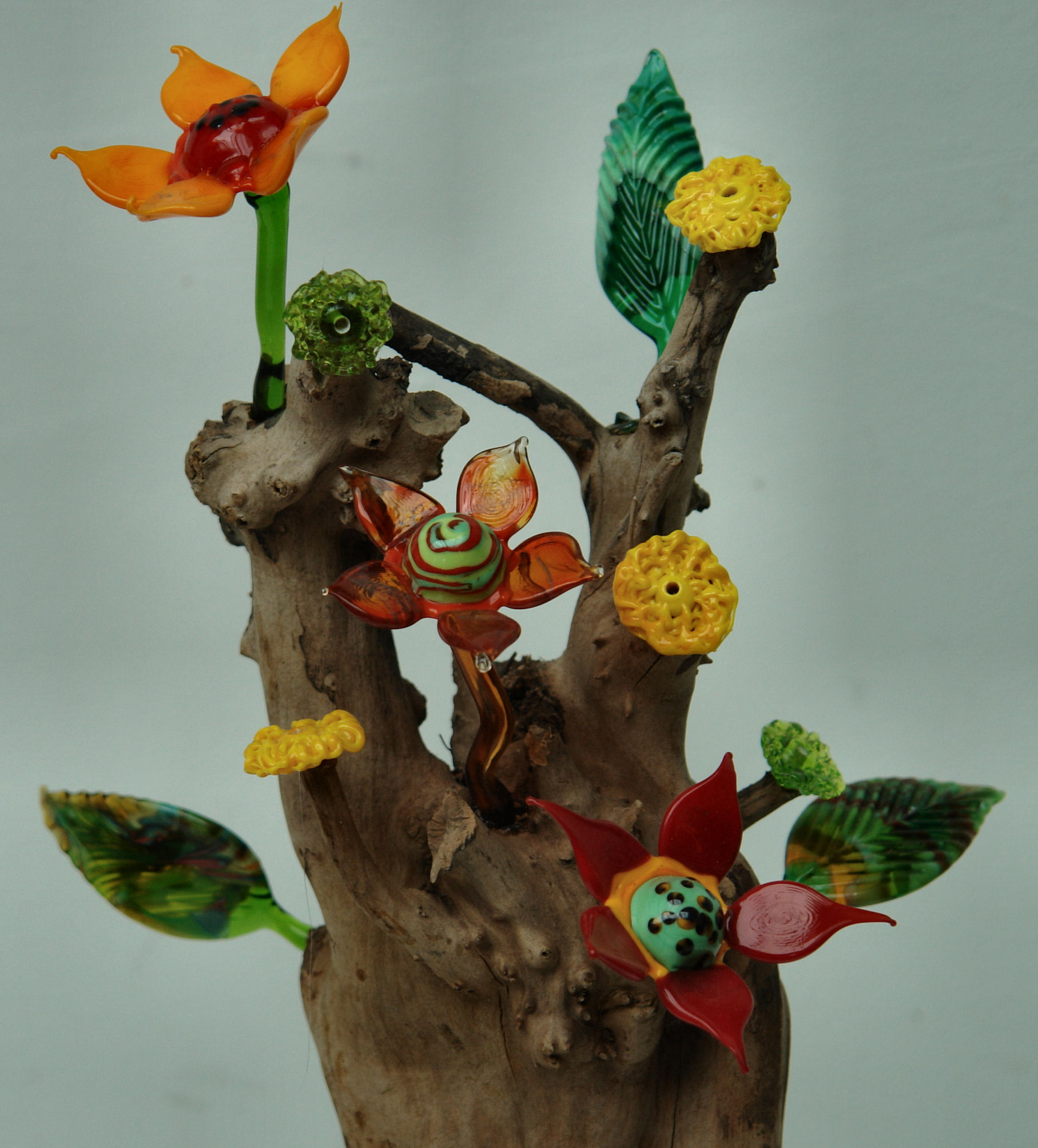 Boomstronk met bloemen en blaadjes